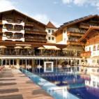 Hotel Alpenpark Aussensansicht mit Pool
